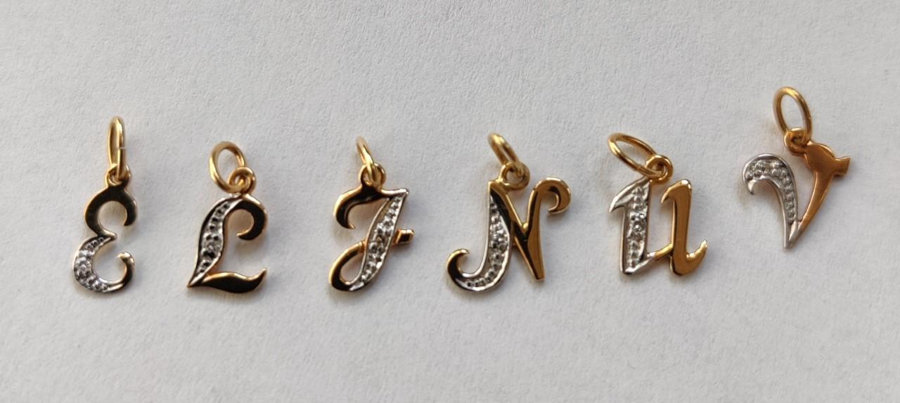 Kultainen kirjainriipus pienellä timantilla, V