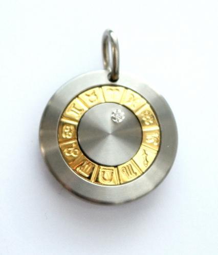 Horoskooppi -riipus, teräs, kulta ja timantti.